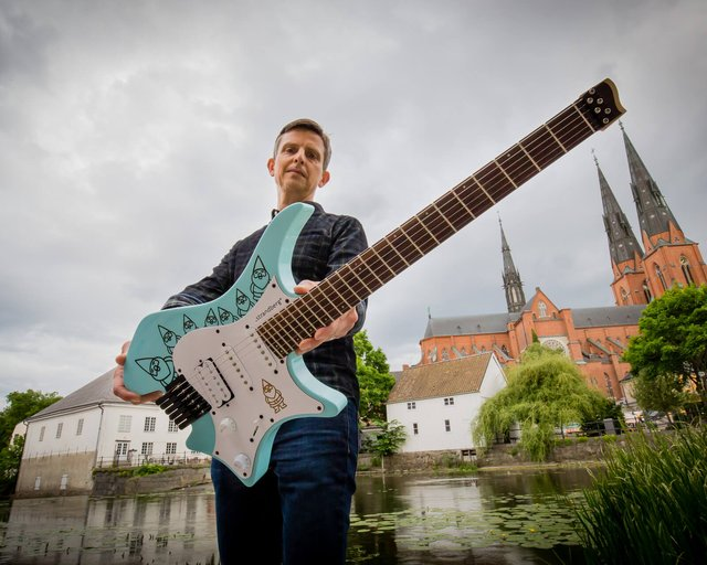 Ola Strandberg holding the Headless guitar gnome 6 string