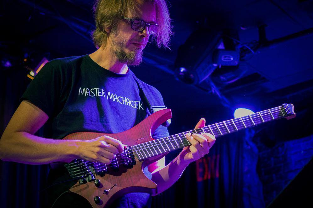 Alex Machaek on stage with Headless guitar Boden Alex Machaek edition 6 string trem red