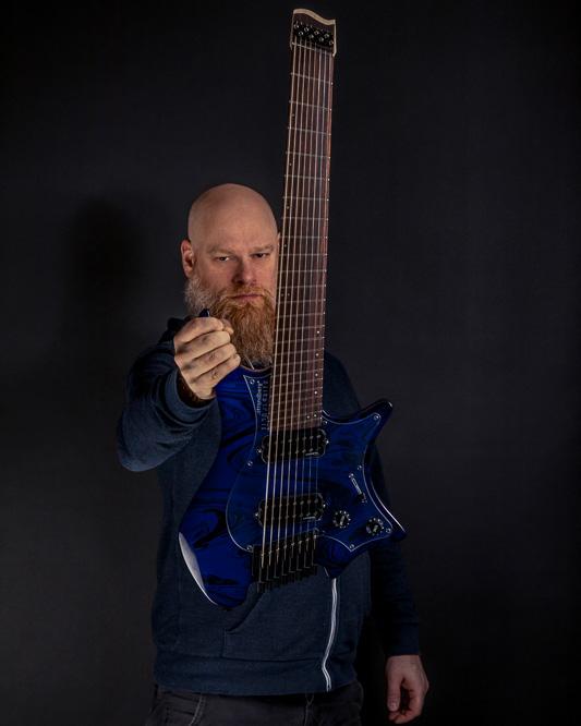Per Nilsson Holding Boden Singularity 8 string blue